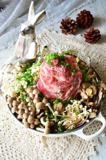きのこがたっぷり食べられる肉タワー鍋。もやしと豚肉でタワーを作っているのでボリューム満点です。きのこは数種類使うことで、味や香りをプラス。いろんな食感も楽しい旨みたっぷりのレシピです。