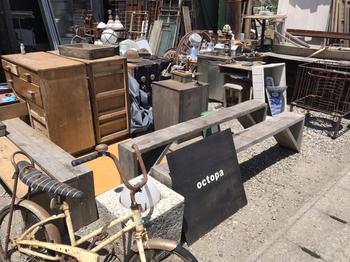お店の前にはたくさんの古道具や家具。宝箱のように多種多様なものが置かれているので、お料理を待つ間にのぞいてみませんか?