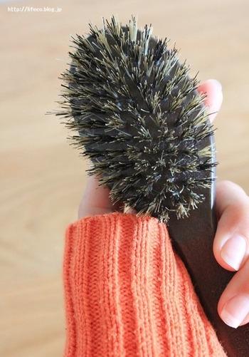 """こちらのブロガーさんが愛用しているのは、「MARKS&WEB(マークスアンドウェブ)」の豚毛ウッドブラシ、Sサイズ。女性の手にフィットするコンパクトなサイズ感で、静電気を起こしにくい豚毛を使用。天然毛は、地肌や髪にも優しく、使用感の心地よさがポイント。  風呂上りにオイルをつけて乾かし、このブラシでとかすと """"サラツヤ""""になるのだそう!"""