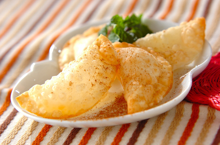 揚げた餃子の皮のパリパリが、アップルパイのパイの代わりに!りんごのジャムで作ればお手軽で、ひと口で食べられるおやつができますよ。揚げるときにジャムがこぼれないように、しっかり包むのがポイントです。
