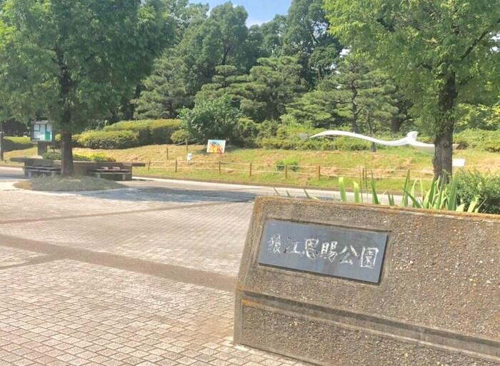 東京都江東区にある広い公園です。時計塔もある広場があり、野球場やテニスコートなども敷地内にあります。散歩やジョギングなどにも人気のあるスポットです。