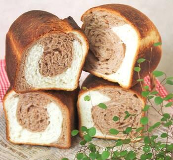 ココアとプレーンの2色の模様が楽しめるキュートな食パン。2色の生地を交互に重ねてから巻いていくので、重ね方をアレンジして模様の違いを楽しむのもおすすめです。