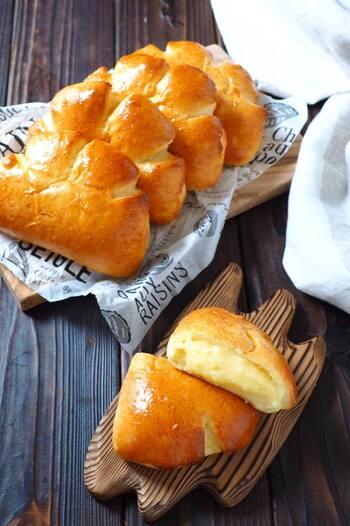 こちらは菓子パンの定番、クリームパンのレシピです。昔ながらの形に成形して作るので、懐かしい気持ちになれるかもしれませんね。ふんわりパンからとろっと出てくるカスタードが何ともおいしい、子供から大人まで人気のパンです。