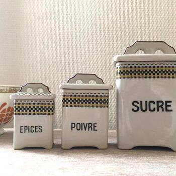 レトロな雰囲気で、カントリーなイメージの陶器製キャニスターです。こちらの文字はフランス語。「SUCRE」は砂糖、「POIVRE」はこしょう、「EPICES」は香辛料の意味です。  #遮光性〇 #密閉性:△