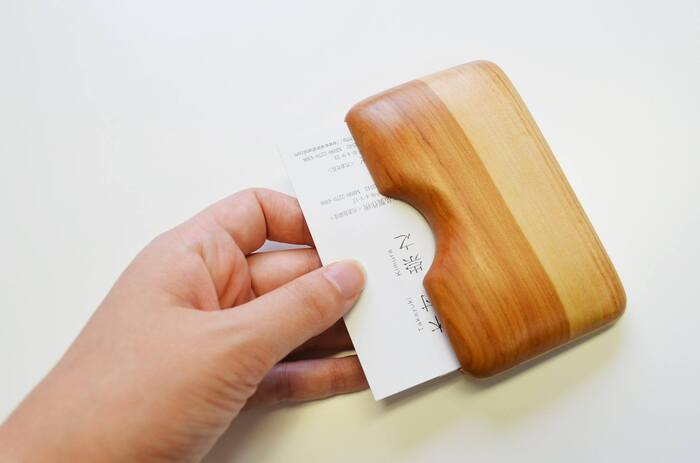 「ウッドデザイン賞 2015」を受賞した「りんごの木の名刺入れ」。内部にバネがあり、取り出しやすい仕様になっている。肌ざわりのよいりんごの木の質感が伝わる、なめらかな仕上がり(写真:木村木品製作所)