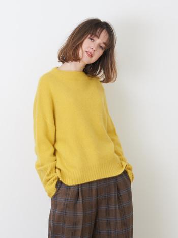 柔らかい肌触りが魅力のニット。パンツにもスカートにも合わせやすいデザインです。少しオーバーサイズで着るのも、ゆったりしていて可愛いですよね!保温効果もばっちりです。