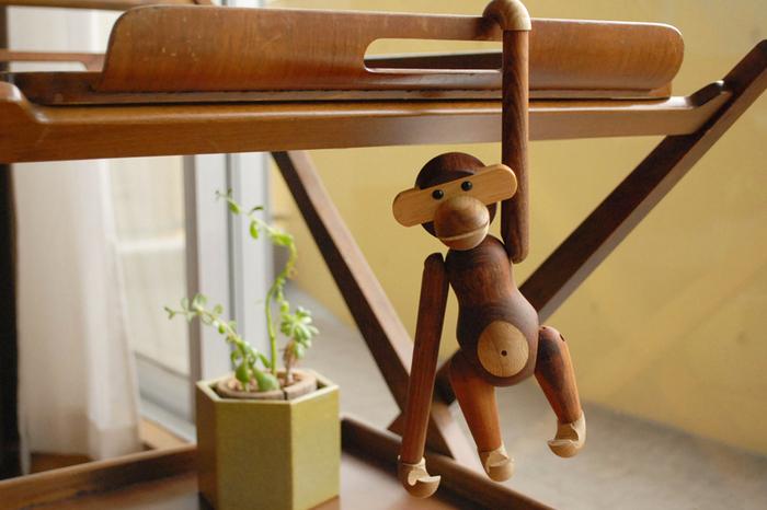 1951年の発表以来、子供から大人まで世界中で多くの人々に愛され続けている、デンマーク生まれのユニークでキュートな「KAY BOJESEN(カイ・ボイスン)」の木製玩具「モンキー」。