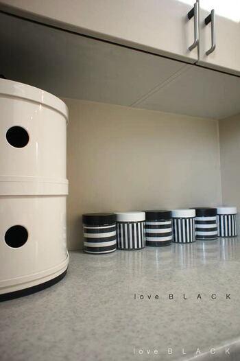 100均のキャニスターもあなどれません♪楽しみながらお気に入りのデザインを探してみてください。こちらのブロガーさんが選んだのは、モノトーンの白黒ストライプのアイテム。キッチンになじんで素敵ですね。見せる収納に活躍しています。