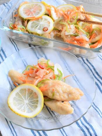 さっぱりとした肉料理として、南蛮漬けも便利です。揚げた後に調味液に漬け込むので、お肉も野菜もしっとり。食欲が落ちてしまいがちな夏場にどうぞ。