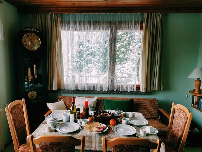 寒い冬は、あたたかい食卓を囲む時間がひときわ幸せに感じられます。お料理だけでなく食器も、冬のスタイルに合わせてみませんか?長く厳しい冬を過ごす北欧で生まれた美しいデザインの北欧食器や、手のひらにぬくもりが伝わる和食器を中心に、冬の食卓にふさわしい食器をご紹介します。