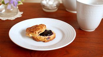 ロールストランドの代名詞とも言える、繊細な麦の穂柄が美しい「スウェディッシュ・グレース」シリーズ。中でも「スノーホワイト」と名付けられた純白のシリーズは、おしゃれな冬のディナーにも、凛とした朝日が差す冬の朝の食卓にもよく似合います。