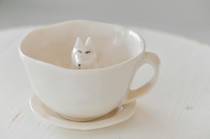 なんとも味のある表情のネコ(!)が印象的なカップ&ソーサー。スウェーデンの陶芸家エレオノール・ボストロムによる、手作りならではのうねりのある形や、カップに対して小ぶりなソーサーなど、個性だらけの一品です。寒さも時間も忘れて、じっと見つめ合ってしまいそうです。