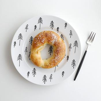 北欧×チュニジアの感覚が新しさを感じさせる、ハウスオブリュムのプレートは、北欧のモミの木を手書きタッチのイラストでりちばめています。白×黒のモノクロの雰囲気が、冬の森のよう。朝食やおやつ、カフェタイム、大人のカジュアルな食卓にぴったりです。