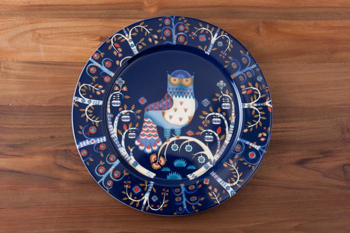 こちらは1枚で主役級の存在感、イッタラの「タイカ」。濃いネイビーと全面に書かれたイラストが、ステンドグラスのように幻想的な美しさ。たとえばパーティの日にはローストビーフなどの鮮やかな色合いのものを盛りつけて。