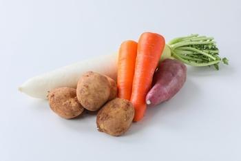 それは、根菜をすりおろしたりして作る根菜餅。材料もシンプルで、簡単に出来て、アレンジも豊富と嬉しい事ばかりの根菜餅。この冬、食卓に取り入れてみてはいかがでしょうか。