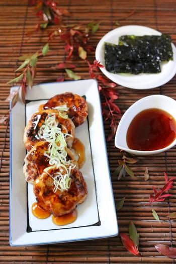 里芋に鶏ミンチを加えた、ボリュームたっぷり食べ応えのある一品です。食べる前に韓国のりで巻くのがポイント!
