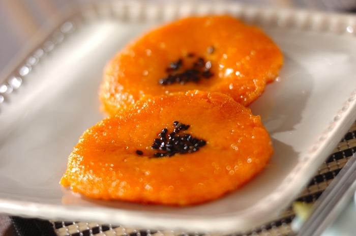 人参の鮮やかなオレンジが綺麗なニンジン餅。シンプルな材料なのに不思議とあまりニンジンの香りがしないので、ニンジンが苦手な方でも楽しんでいただけると思います。