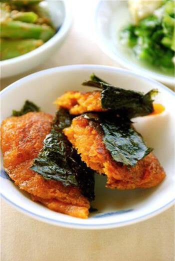 タネにお味噌が入った、そのまま食べられるニンジン餅。パリパリのお海苔が好きな方は、食べる直前に巻いて食べてみてくださいね。