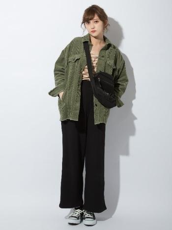 こちらはZARAのコーデュロイジャケットに、GUのリブワイドパンツを組み合わせた素敵なプチプラコーデ。黒をポイントにしたシックな配色なら、カジュアルな着こなしでも大人っぽくスタイリッシュな雰囲気を演出できます。