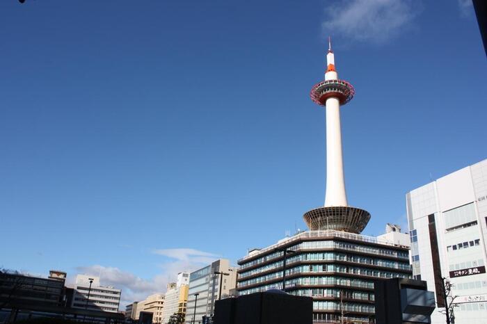 日本を代表する観光地、京都。底冷えで寒さが厳しい1~2月は、足が向きにくい人も多いかもしれませんが、実は古くから伝わる伝統行事で賑わう時期でもあるんです。 多くの寺社仏閣で「節分祭」が催され、その中でも鬼門に位置する四神社を巡る「四方参り(よもまいり)」が人気です。今回は、邪気を払い福を招くと言われている「四方参り」について詳しくご紹介します。