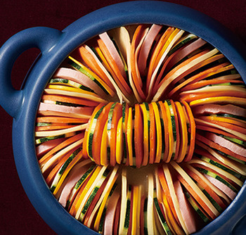 イングランドの家庭料理を鍋にアレンジしたレシピ。輪切りにしたじゃがいも、ズッキーニ、にんじんを敷き詰めていくだけ。ブロックハムも加えれば、スープにも旨みが染み出てぐんと美味しくなります。薄切りにするほど繊細な仕上がりに。