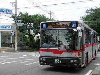 公共交通を使う場合、電車では東急東横線の各駅が最寄りとなりますが、目黒通りから1kmほど離れてしまうエリアも。 主なショップ、カフェともに、目黒通りに沿って走る東急バス【東98】、同【黒02】、以上2路線のバス停付近に集中していますから、移動に利用すると便利ですよ*  時刻表・路線図(バス停)はこちら。↓↓
