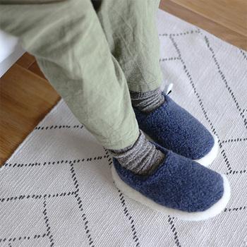 続いてご紹介するルームシューズブランド「ALWER」は、ポーランドで作られたモコモコルームシューズです。寒い地域の名前が付けられたこのシベリアンは、まさに寒いところでも履きたくなる暖かみのあるルームシューズですね◎
