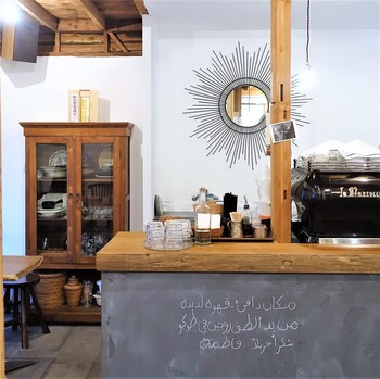 店内は、木の温もりが感じられる空間が広がっており、ゆったりとした居心地の良いカフェスポットなので、思わず長居したくなっちゃうカフェですね*