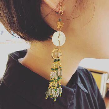 京都のアクセサリーブランド「Tight Tie(タイタイ)」とのコラボキット。タッセル風の勲章は、貝ボタンやスフレガラスを糸で結びながら繋げたもの。バッグチャームにしても素敵だし、耳元に飾ればシャンデリアのようにゆらゆら揺れてとてもきれい。作りながら、自分ならではの飾り方を考えるのも楽しいですよ。
