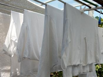 干す際に洗濯物が多いからといってぎゅうぎゅう詰めにして干すのは、風通しが悪くなり雑菌がたまりやすくなるのでNG。しっかりと洗濯物同士の間隔をとって干すようにしましょう。