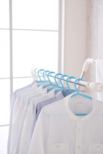 シャツなどを干す際は、針金ハンガーのような細いものよりも、少し厚みのあるハンガーを使った方が乾きも早くきれいに仕上がります。
