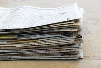 乾きにくい厚手の靴下は、つま先部分に丸めた新聞紙を入れて干しましょう。繊維を傷つけないように、新聞紙を良く揉み込んでから丸くすると良いです。