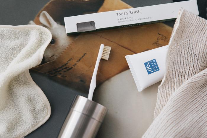 「気持ちよさ」や「すこやかさ」を大切にした、シンプルなデザインのアイテムを発信するブランド【SASAWASHI(ささ和紙)】。こちらは天然毛100%の豚毛で作られた歯ブラシです。適度なコシと硬さを持つ豚毛はマッサージ効果が高く、歯茎ケアにも最適な素材です。