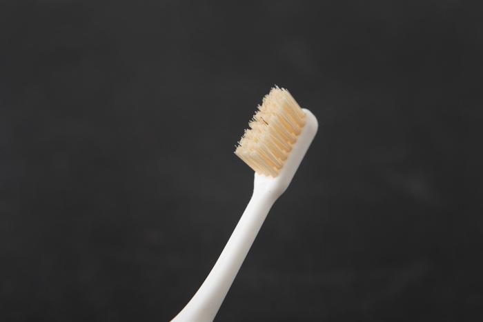 豚毛の歯ブラシは繰り返し使っても植毛部が開かずに毛自体が摩耗していくので、歯と歯茎を傷つけにくいのも特徴です。使えば使うほど歯に馴染んで、磨いた後はすっきり爽快。丈夫で健康な歯を維持するためにも、日々の暮らしに上質な豚毛の歯ブラシを取り入れてみませんか?