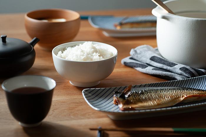 新年という節目には、毎日使う食器も新しいものを揃えたくなりますよね。様々な食器の中でもとくに「お茶碗」は、日本の食卓に欠かせない大事なアイテムです。様々なデザインがありますが、せっかくなら、和・洋問わず使えるシンプルなデザインがいいという方も多いのではないでしょうか。 そんな方におすすめしたいのは、北欧の人気ブランド【marimekko(マリメッコ)】のシンプルで美しいOiva(オイヴァ)シリーズのボウルです。