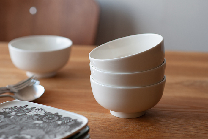 2009年にデザイナーのSami Ruotsalainen(サミ・ルオッツァライネン)によってデザインされたOivaシリーズは、北欧らしいモダンなデザインと、ぽってりと丸みのある愛らしいフォルムが特徴です。直径12cmのボウルはご飯茶碗にちょうどいい大きさで、副菜を盛る小鉢にしたり、スープボウルやサラダボウルとして使ったりと、お料理に合わせて様々な使い方が楽しめます。シンプルで洗練されたデザインのボウルは和食器にも北欧食器にも合わせやすく、幅広いシチュエーションに活躍してくれます。