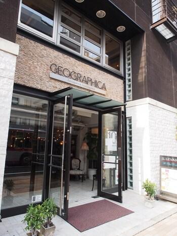 ダークブラウンの外壁が目を引く「GEOGRAPHICA(ジェオグラフィカ)」。 地下1階から3階まで、家具を中心としたヨーロッパのアンティーク雑貨、照明、アクセサリーや古書などがぎっしり。リプロダクト家具も扱っています。