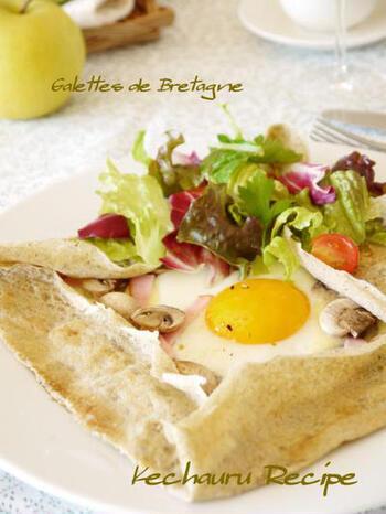 手軽なそば粉を使って、フランス・ブルターニュの香りをおうちで楽しみませんか?フライパンにそば粉の生地を広げ、卵やハム・チーズなどを好みでのせて焼き、四方を折ればガレットの完成です。サラダをトッピングすれば、よりヘルシーです。