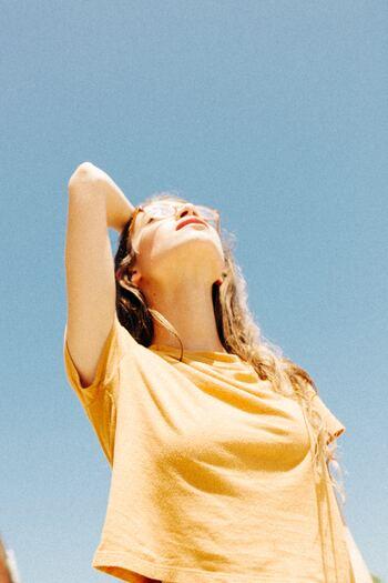 アーモンドオイルは、メラニン細胞の育成を抑えたり、肌の炎症を和らげる効果があるとも言われています。紫外線による肌や髪のダメージケアにはピッタリ!シミ対策や美肌・美髪キープに活用していきましょう。