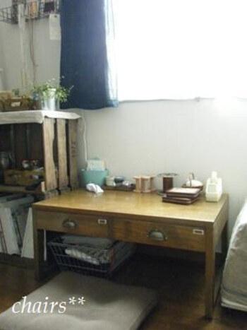 座卓を使えば場所をとらずコンパクトにまとまります。下の空間を収納スペースとして活用したり、横に木箱やシェルフを配置すれば、スペースが小さくてもすっきりとした空間になります◎