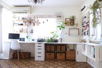 こちらもデスクしたをめいっぱい収納スペースとして活用したアイデア。自然素材でまとめたカゴやボックスは、インテリアとして部屋を素敵にさえしています。