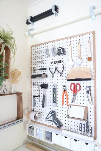 有孔ボードを取り入れた飾る収納。 何がどこにあるのか探す手間も省けるうえ、素敵なディスプレイにも。  趣味を楽しむためには、いかに使う道具を出し入れしやすく収納するかが心地良さのポイントになります。