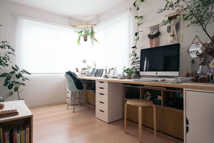グリーンを置けば、やわらかな雰囲気に包まれた癒しの空間に♪窓から差し込む陽の光をいっぱいに浴びて植物も気持ちよさそう。直置きするだけではなく、ハンギングすると表情豊かになります。