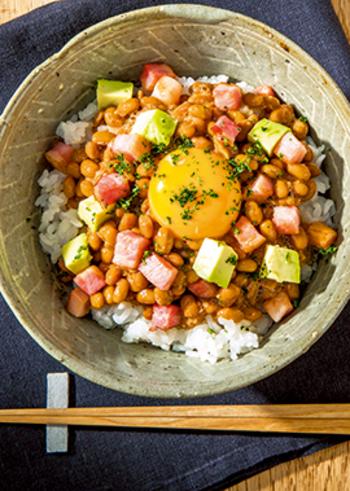 毎日食べたい納豆ですが、いろんな食材と合わせることで飽きずに続けられます。写真は、納豆ベーコンアボカドご飯。ヌルヌル&トロトロの食感も楽しい、朝食におすすめのご飯です。