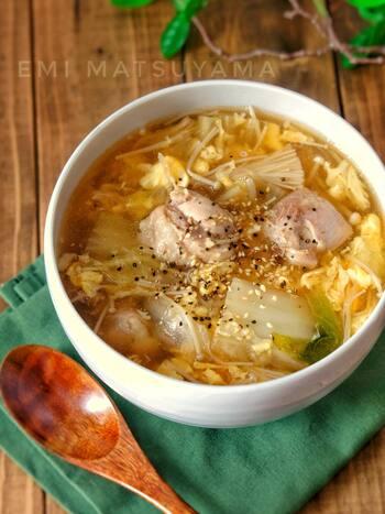 とろとろ白菜とふわふわ卵のコンビネーションがたまらないスープ。鶏肉も入っているからお腹も満足です。
