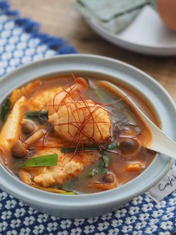 鶏団子と豆腐を使ったチゲ風ヘルシースープ。キムチで味が決まるから、失敗なし!鶏ガラではなくあえてコンソメベースにすることで味に深みを出します。