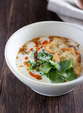 台湾の朝食の定番、鹹豆漿(シャントウジャン)。お酢と温かい豆乳を合わせることで、おぼろ豆腐のような柔らかな状態に。フランスパンをのせていただきましょう。