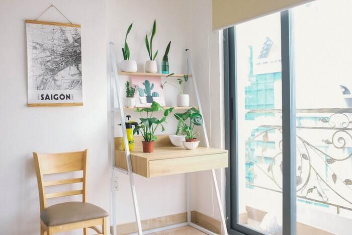 湿気が多い梅雨時などは、木製家具にカビが発生しやすい時期でもあります。動かせる家具は、時々風通しの良い場所で陰干しするのもおすすめ。また、食器棚など壁際に置く家具は下にスノコを敷いたり、壁から少しだけ離して隙間をあけ、風の通り道を作っておきます。棚の裏と壁との間に発泡スチロールの板を挟むと断熱材代わりになり、壁から移るカビを防ぐことができますよ。