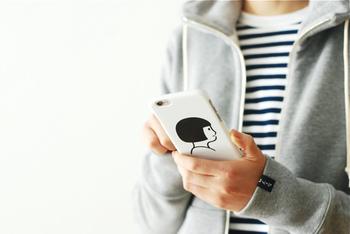 日本のみならず、海外でも人気を集めるイラストレーターが制作したスマホケース。女の子の顔や、体を伸ばした姿がモチーフになった、クスッと笑えるデザインです。友達の注目を集めちゃうかも⁉︎
