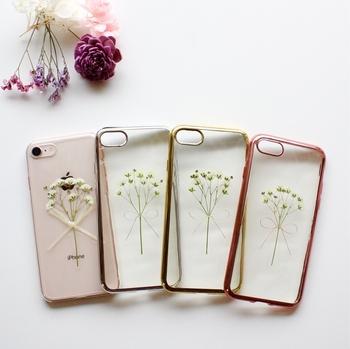 透明なレジンのケースにかすみ草のブーケを閉じ込めた、繊細なデザインが魅力です。バリエーションは4種類。縁の彩りなど細かい所まで美しいですね!